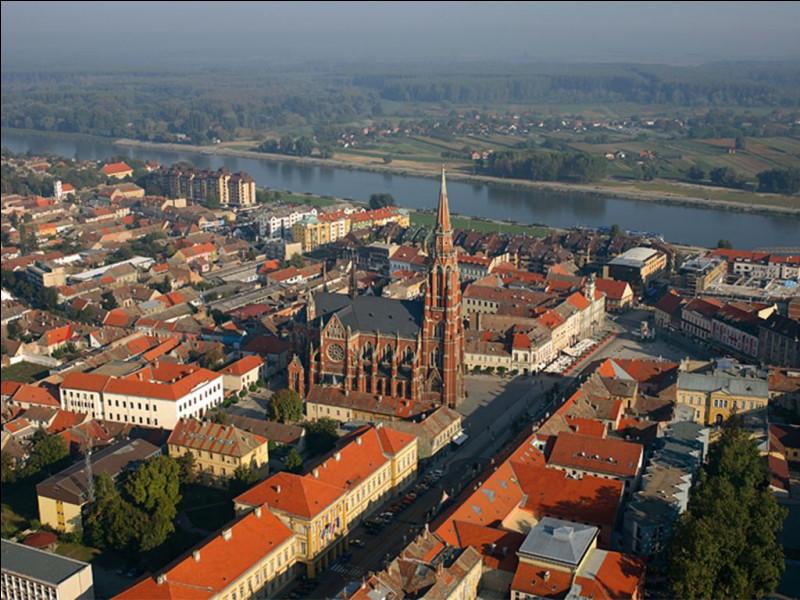 Dans quel pays se trouve Osijek, ville de 90 000 habitants située sur les rives de la Drave ?