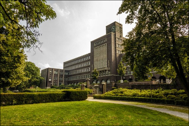 Ville allemande de 210 000 habitants, ancien grand centre houiller et sidérurgique, située dans la Ruhr, entre Essen et Duisbourg :