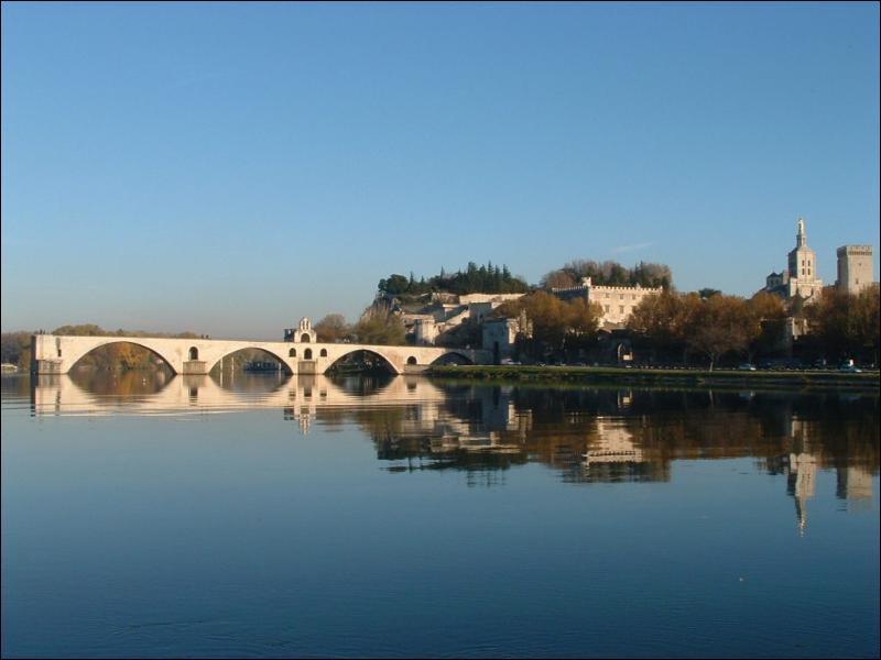Le Pont Saint-Bénézet est mieux connu sous le nom de Pont...