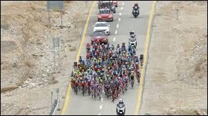 Le peloton est toujours groupé et arrive sur une grand'route exposée à un vent latéral venant de droite. Où dois-tu te trouver ?