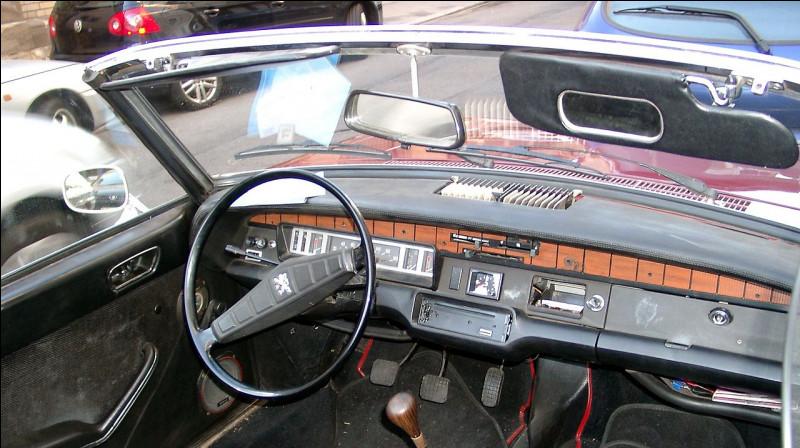 """En 1970 apparaît la version """"Cabriolet"""" de la 304, dont nous voyons ici le tableau de bord en ..."""