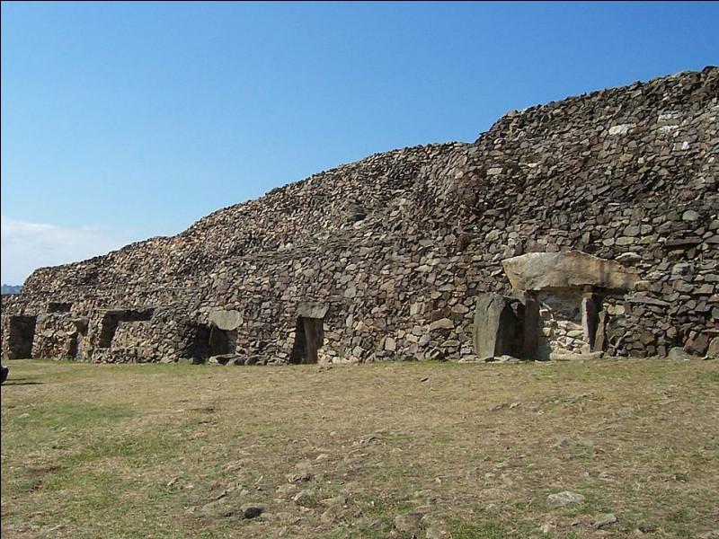 """- 5 010 ! C'est le record et la date du début de cette construction, appelé """"Cairn de Barnenez"""" (Plouezoc'h, Finistère). Aucune pierre ne vous sera jetée si vous ne savez pas ce qu'est un """"cairn"""" ! Alors ?"""
