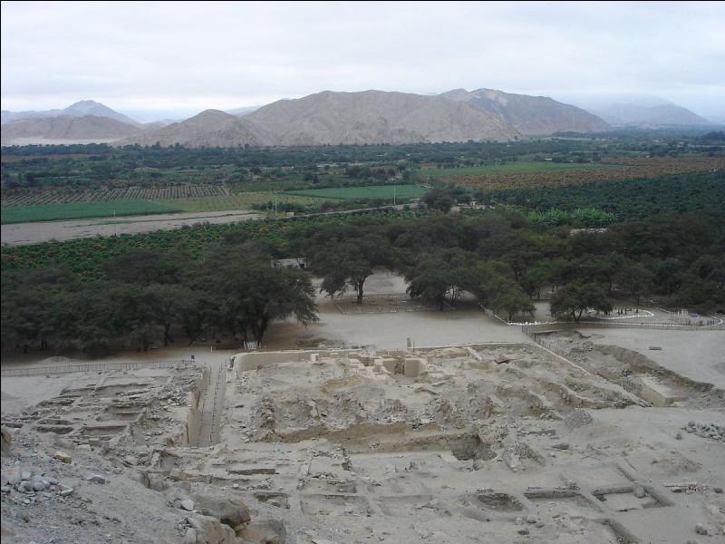 Vers - 3 600 > Les gens de la culture de Sechin s'échinent à édifier cette place, dont on ne connaît pas l'usage : elle ne sera abandonnée qu'un millénaire et demi plus tard ! Dans quel pays l'a-t-on trouvée ?