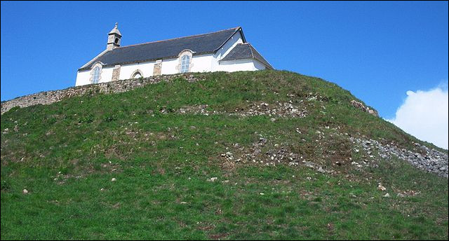 """Pour ajouter une pierre (évidemment !) aux multiples édifices religieux """"vautrés"""" sur le tumulus, notons qu'ils ont de tous temps servis [...] aux marins du golfe du Morbihan !"""