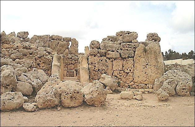 Île de Gozo (Malte, vers - 3 700) > C'est peut-être entre ces murs qu'ont eu lieu les entretiens entre ... et ... , reliquat d'un ensemble plus ancien (- 5 000) qui aurait mis tout le monde d'accord si il avait eu le bon goût d'être encore debout !