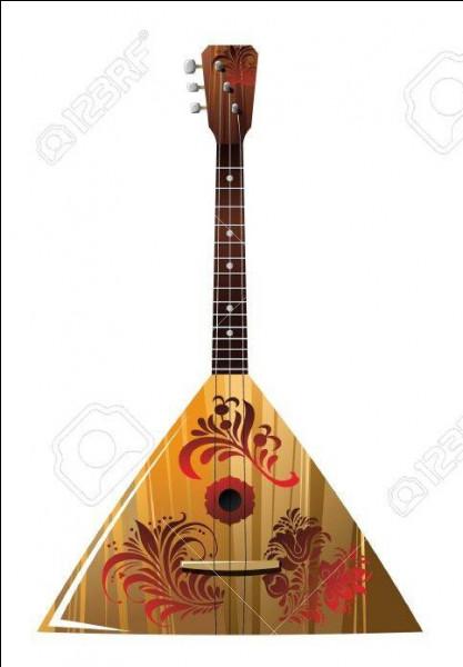 Comment s'appelle cet instrument de musique russe de forme triangulaire à 3 cordes ?
