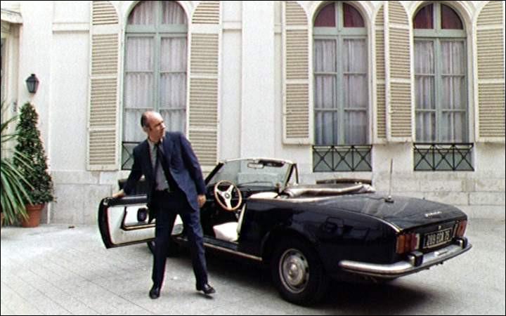 A touch of class > C'est [...qui donc ?] qui s'y colle, dans la 504 Cabriolet noire de la série de même couleur !