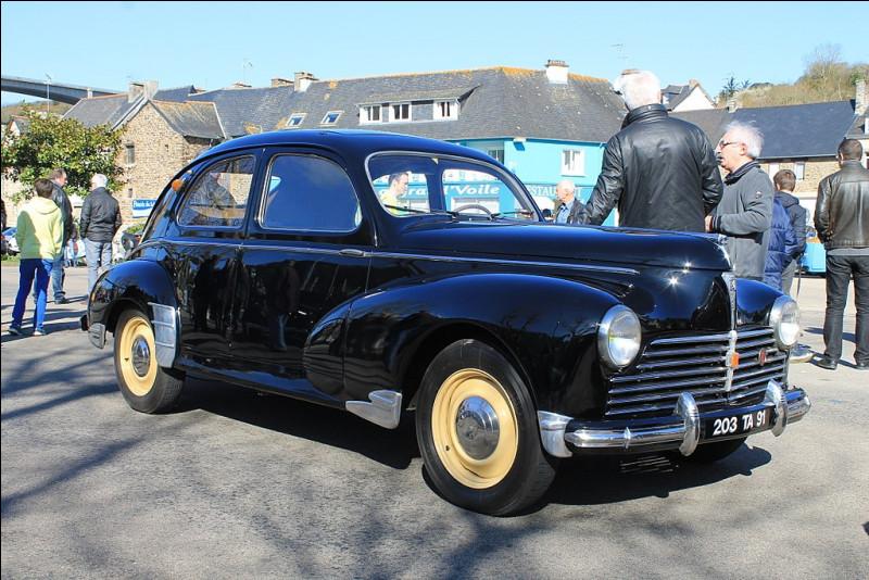 """À l'origine, le projet """"802"""" de 1940 prévoyait pourtant de concurrencer la Citroën 15 avec ..."""