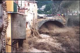 En quelle année a eu lieu une crue meurtrière de la rivière causant une trentaine de décès ?