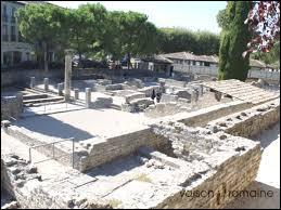 C'est aussi une ville archéologique où une cité romaine a pu être découverte en partie. Comment se nomme le musée qui expose les objets trouvés lors des fouilles archéologique de ce site ?