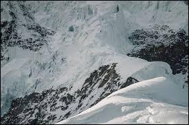 On va maintenant parler chiffres (certains aiment ça, humour). À combien de kilomètres culmine le K2 ?