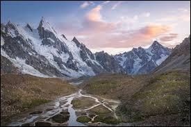 Restons dans les chiffres, en quelle année a-t-on réussi à atteindre le sommet du K2 ?