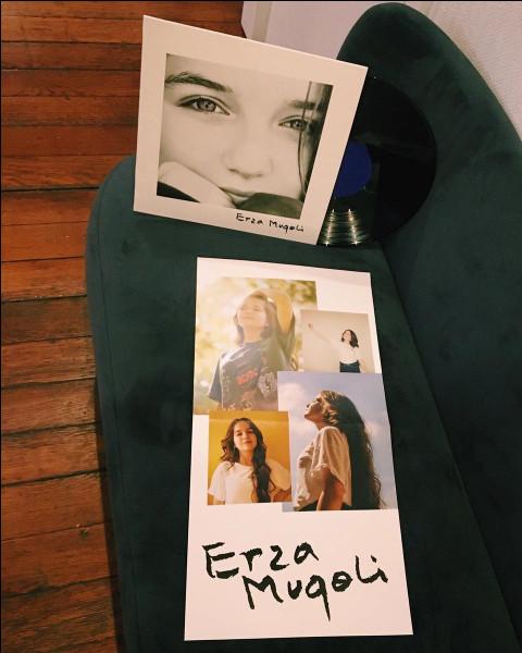 Qui a produit le premier album d'Erza ?
