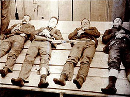 Quel est le nom de ces quatre frères, Robert, Gratton, William, Emmett, célèbre bande de hors-la-loi qui a sévi dans l'Ouest américain de 1890 à 1892 ?