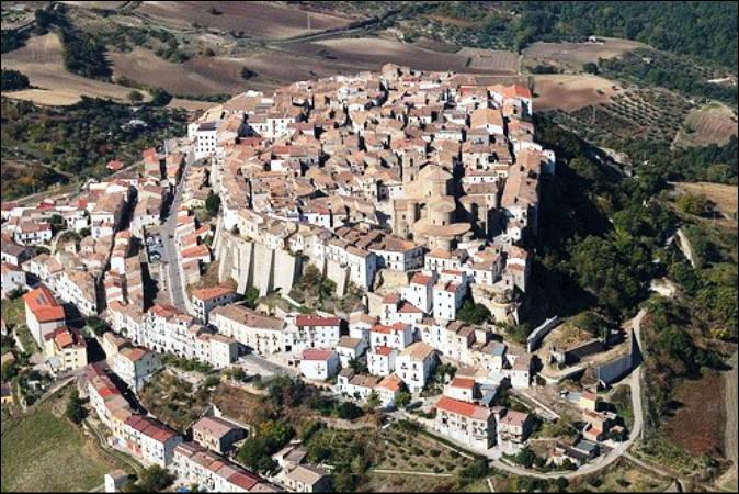 Dans quel pays se trouve Potenza, ville de 65 000 habitants ?