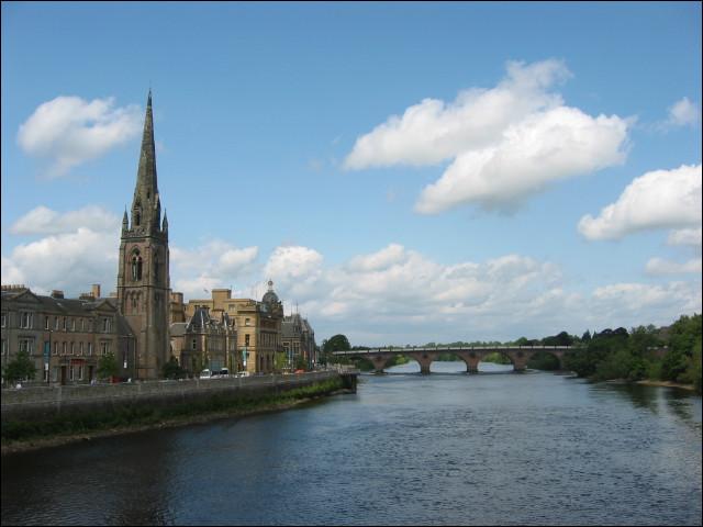 Ville britannique de 50 000 habitants, située dans l'Est de l'Ecosse, sur le fleuve Tay :