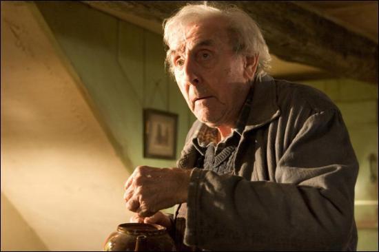 Comment s'appelle ce jardinier moldu tué par Voldemort au début du quatrième tome ?