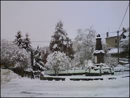Voici une belle vue enneigée de Feyt. Village de l'ancienne région Limousin, il se situe dans le département ...