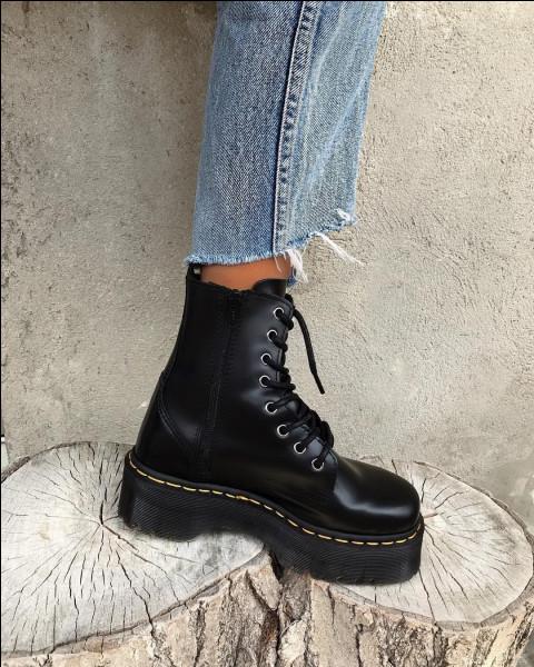 """Mise en situation : tu as de nouvelles chaussures que tu aimes beaucoup. Tu vas en cours pour la première fois avec. Un camarade te dit en rigolant """"Eh, salut la moche ! Elles sont affreuses tes chaussures !"""""""