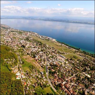 Comment s'appelle la loi française de 1986 visant à protéger les bords de mer de la spéculation immobilière ?