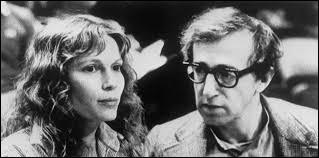 """En 1980, elle rencontre Woody Allen, entame une idylle de douze ans avec lui. Elle est la vedette de plusieurs de ses films dont """"La Rose pourpre du Caire"""", """"Hannah et ses soeurs"""". C'est ..."""