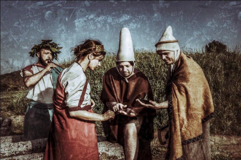 Qui sont ses prêtres étrusques qui parviennent à tirer des présages en examinant les entrailles d'un animal dans l'Empire romain ?