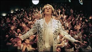 """De quel célèbre chanteur le film """"Podium"""" rend-il hommage ?"""