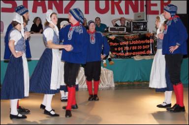 Quel est le nom de cette danse exécutée par quatre couples de danseurs ?