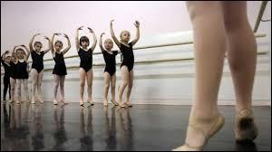 Comment appelle-t-on une jeune élève de l'école de danse de l'Opéra de Paris qui figure dans les spectacles ?