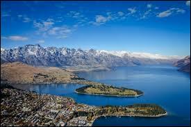 Où se situe Queenstown, bordé par le lac Wakatipu ?