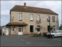 Commune des Pays de la Loire, dans l'arrondissement de Mamers, Bernay-en-Champagne se trouve dans le département ...