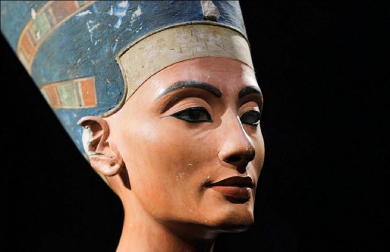 De quel pharaon ''Néfertiti'' était-elle l'épouse ?
