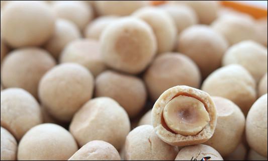 Quel est ce biscuit sablé qui existe depuis 1740 en forme de sphère et parfumé à la fleur d'oranger, une spécialité d'Aix-en Provence ?
