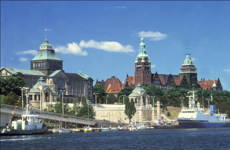 Ville polonaise de 400 000 habitants, située en Poméranie, à l'embouchure de l'Oder :