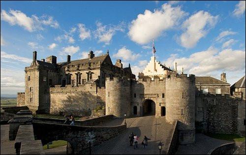 Ville britannique de 45 000 habitants, ancienne capitale écossaise, bâtie autour de son château :
