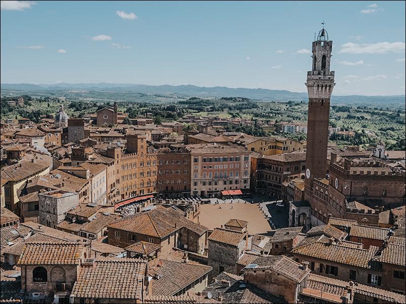 """Ville italienne de 50 000 habitants, située en Toscane, connue pour sa """"Piazza del Campo"""" et le """"Palazzo Pubblico"""" :"""