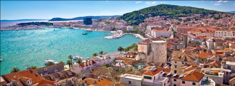 Ville croate de 160 000 habitants, port sur la côte dalmate :