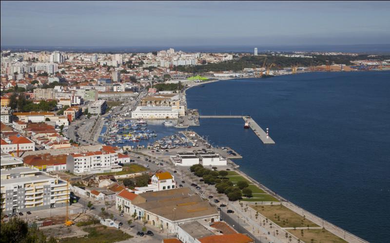 Ville portugaise de 120 000 habitants, située sur la côte, au sud de Lisbonne :