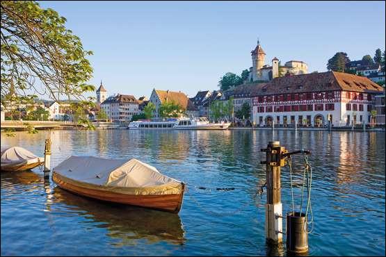 Ville suisse de 30 000 habitants, située dans le nord du pays, sur la rive droite du Rhin :