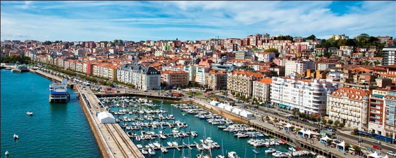 Ville espagnole de 170 000 habitants, située sur la côte Cantabrique, au nord du pays :