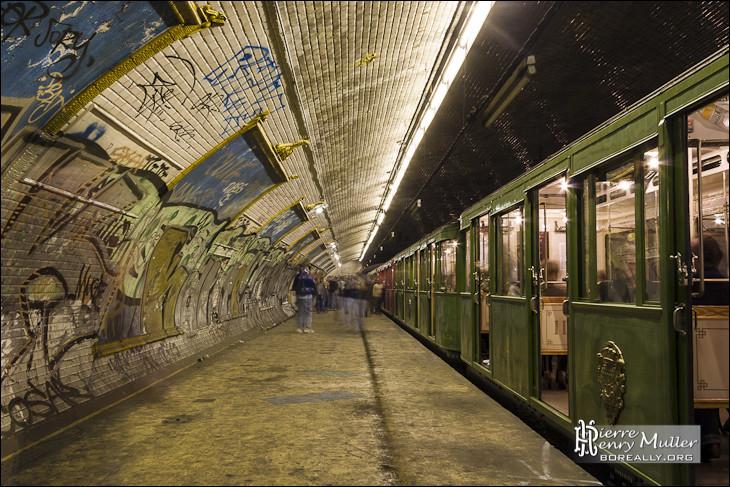 Quel est le nombre de stations de métro fantômes présentes dans le sous-sol parisien ?