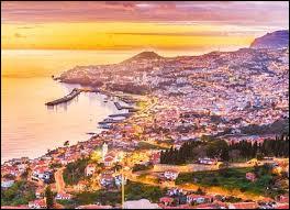 Quel célèbre footballeur est né sur l'île de Madère, à Funchal ?