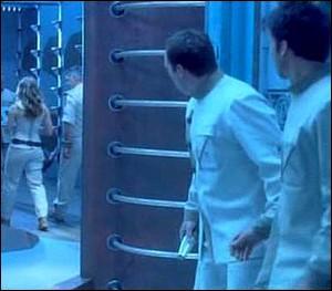 Saison 2 : Dans l'épisode 'L'Aurore', John dit à Rodney qu'il est en train de baver sur un Wraith, et Rodney lui répond :