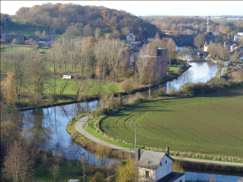 Poursuivons le cours de la Sambre jusqu'à la capitale politique de la Wallonie. Quelle est cette ville, abritant l'Élysette, siège du Gouvernement wallon ?