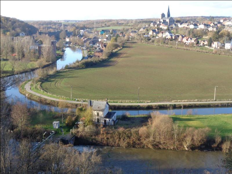 Suivons donc le cours de la Sambre et entrons en Belgique à hauteur de la commune d'Erquelinnes, en province de Hainaut. Quelle région naturelle belge s'étend le long de la Sambre de la frontière française jusqu'à la plus grande ville wallonne, Charleroi ?