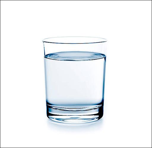 Si l'on met de l'eau dans un récipient et que l'on penche celui-ci, comment sera la surface de l'eau ? (Sans le bouger)
