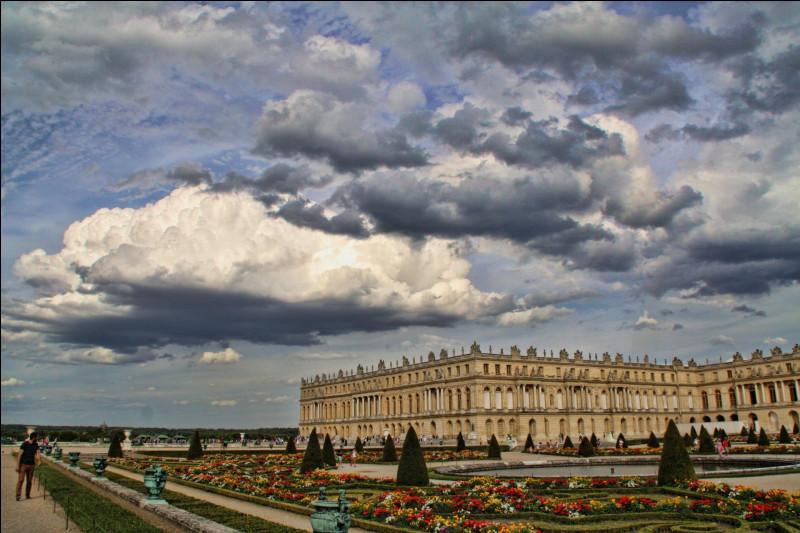 Dès 1682, de quelle ville Louis XIV dirige-t-il le pays ?