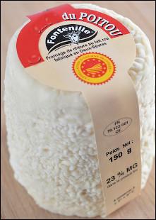 Quel est ce fromage au lait de chèvre, à pâte molle et blanche avec une croûte naturelle, une spécialité du Poitou ?