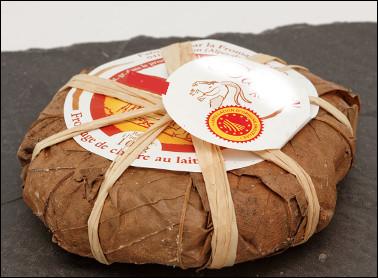 Quel est ce fromage au lait cru de chèvre, à pâte molle et à croûte naturelle, emballé dans une feuille de châtaignier, une spécialité de Provence ?