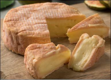 Quel est ce fromage au lait de vache, à pâte molle et à croûte fleurie qui dégage une odeur prononcée, une spécialité d'Alsace